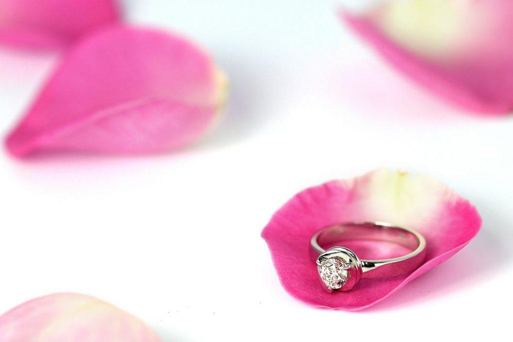 zásnubní prsten v okvětním lístku, větší romantika asi neexistuje :-)